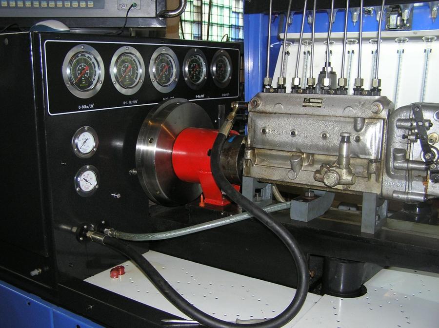 стенд испытания тракторных двигателей фото синие, зеленые оливковым
